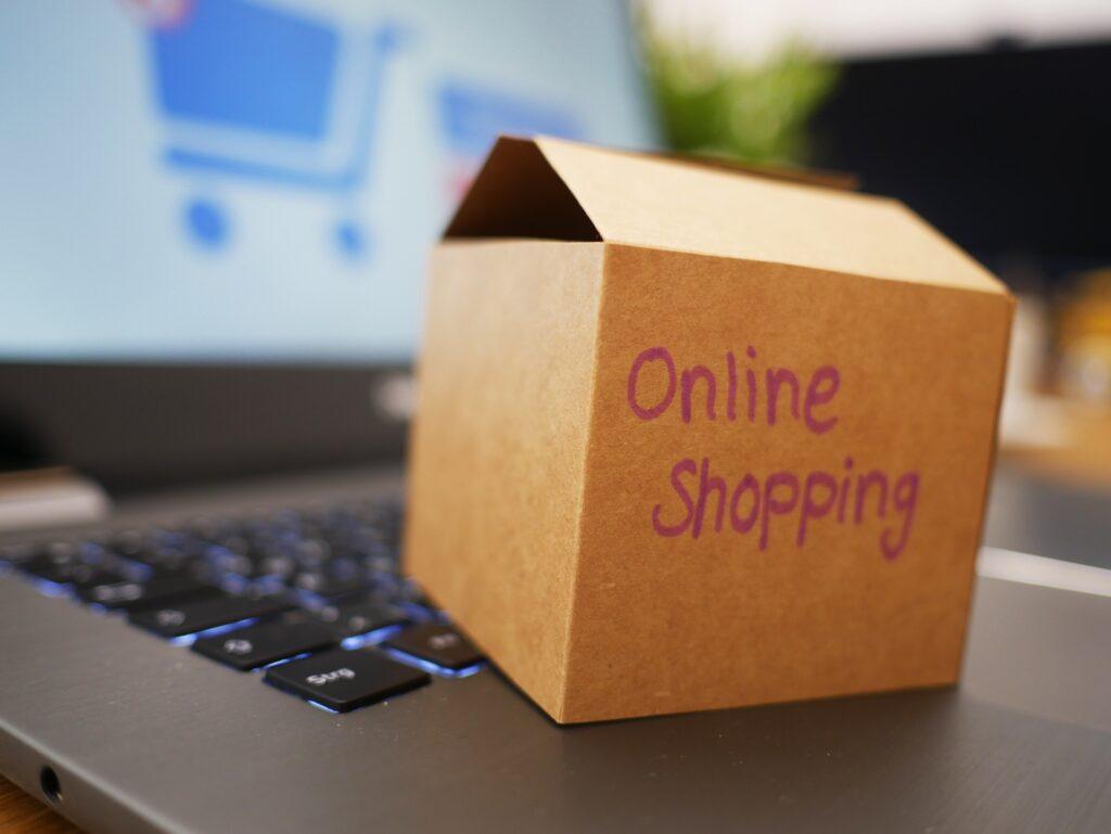 オンラインショッピングの段ボールとPC